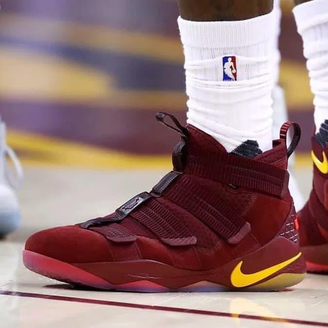 TerbaikNike Yellow 11 Red Maroon Terbaru Basket Produk Lebron Soldier Sepatu UGqSzMVp
