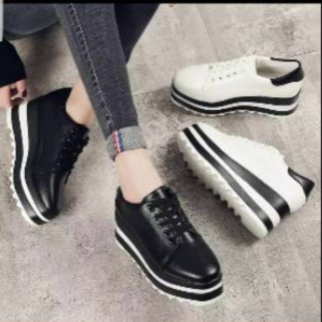 Sneakers putih gerigi
