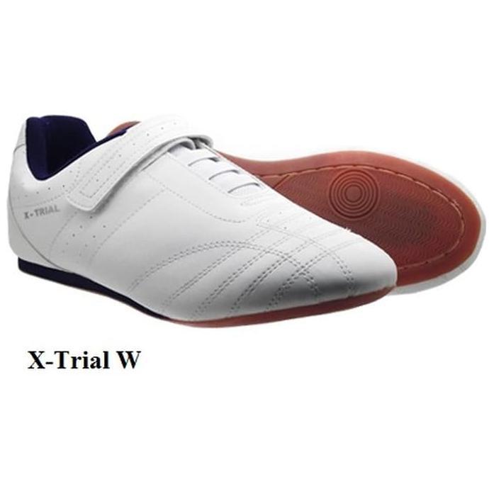 Fans Escape W Sepatu Olahraga Taekwondo Pria Putih Polos  e14e24855c