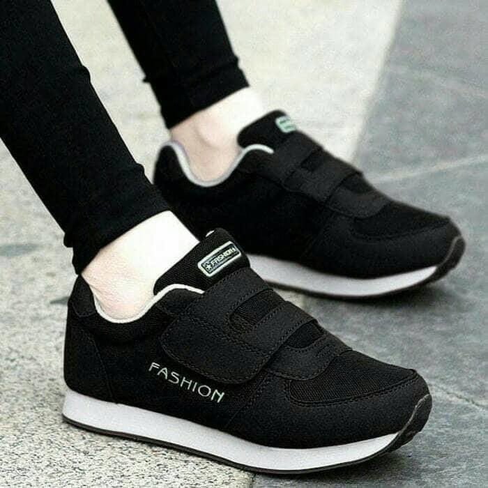 Sepatu Sneaker Wanita Dua Pilihan Warna Bahan Ringan Dan Kuat