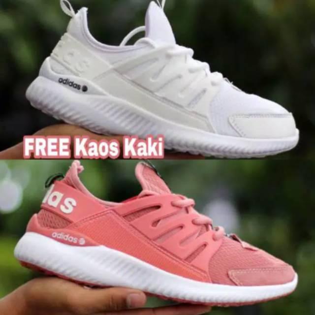 Sepatu Sneakers Desain Adidas Ultra Boost 4.0 Warna Hitam   Putih untuk  Pria  80586facd3