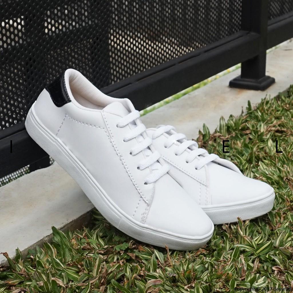 Sepatu Kets Sneakers Kasual Wanita .