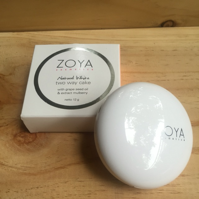 ZOYA NATURAL WHITE TWO WAY CAKE .