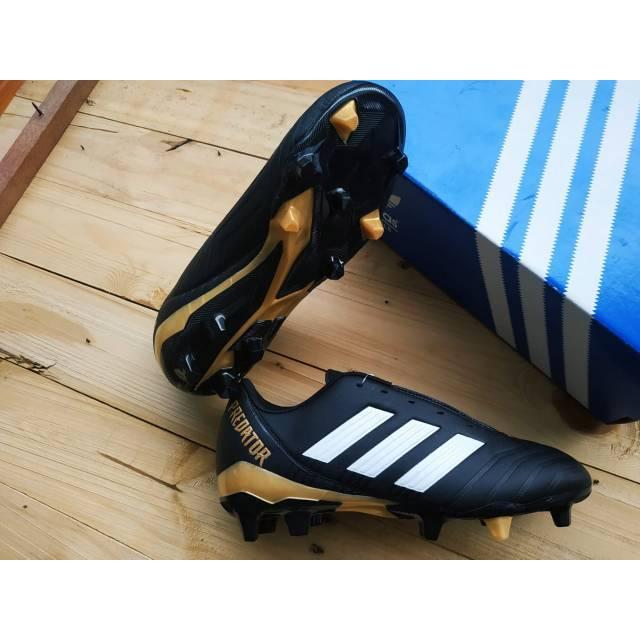 foto sepatu bola kaki adidas