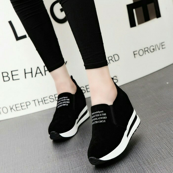 Sepatu Sneaker Wanita Warna Hitam Bahan Suede Tanpa Tali Sol Jadi