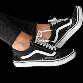 Sepatu Vans Hitam Navy Maroon Abu Putih Oldskool Cowok Cewek Bahan  Berkualitas Harga Terbaik Promo 60275fe3e9