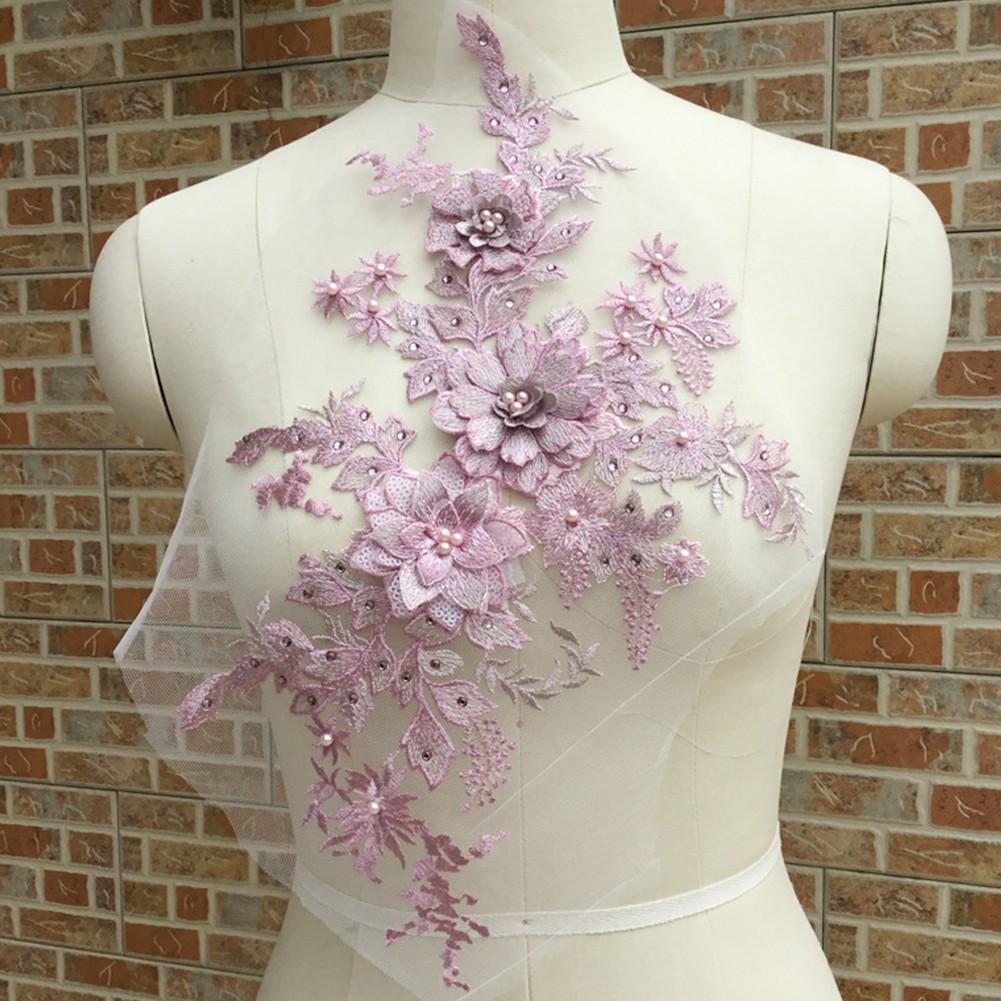Gaun Pengantin dengan Hiasan Renda dan Bordir Motif Floral 8D