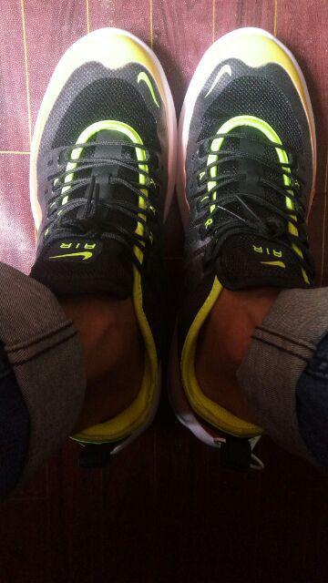 Sepatu Sneakers Bertali Desain Nike WMNS Air Max Axis Warna 0oW23