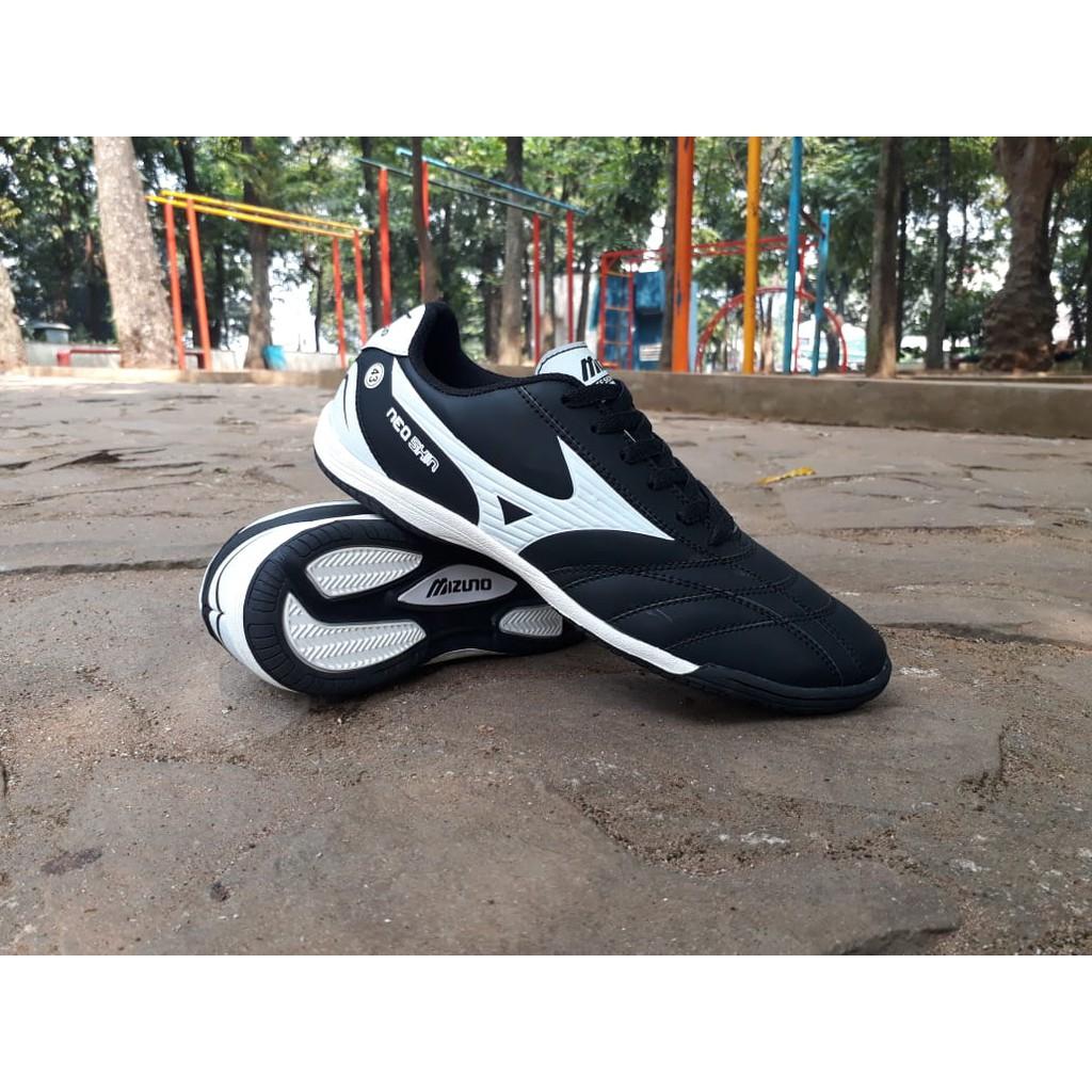 Sepatu futsal Mizuno Hitam List putih  18ff40d52a