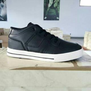 Sepatu Tomkins Savage Black White  59616b9723